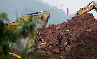 Des secouristes recherchent des survivants après le glissement de terrain à Shenzhen, en Chine, le 21 décembre 2015.
