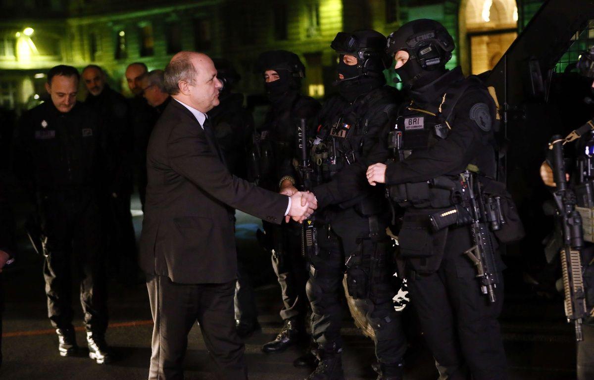 Le nouveau ministre de l'Intérieur, Bruno Le Roux, a rencontré des membres de la Brigade rapide d'intervention le 6 décembre 2016. – F.MORI/AP/SIPA