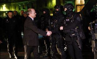 Le nouveau ministre de l'Intérieur, Bruno Le Roux, a rencontré des membres de la Brigade rapide d'intervention le 6 décembre 2016.