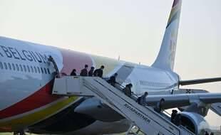 Des personnes évacuées d'Afghanistan par la Belgique arrive à l'aéroport militaire de Melsbroek le 24 août 2021.