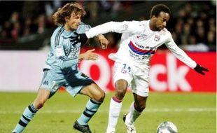 Gabriel Heinze (à gauche) à la lutte avec le Lyonnais Sidney Govou, dimanche.