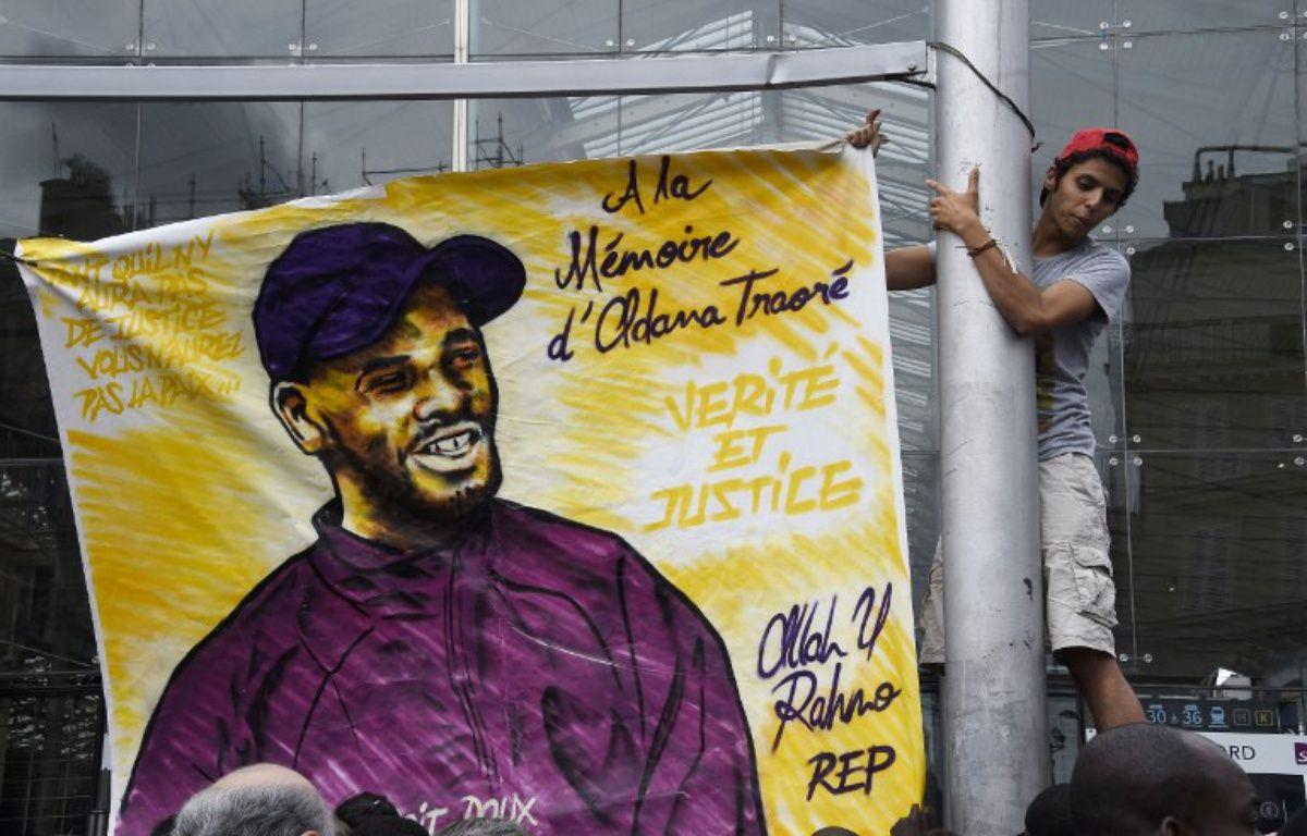 Un portrait d'Adama Traoré déployé le 30 juillet à Paris en hommage au jeune homme mort lors de son interpellation le 19 juillet 2016, dans le Val-d'Oise. – DOMINIQUE FAGET / AFP