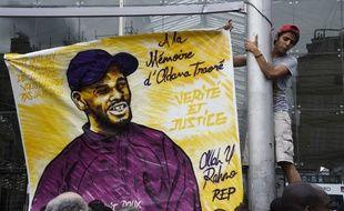 Un portrait d'Adama Traoré déployé le 30 juillet à Paris en hommage au jeune homme mort lors de son interpellation le 19 juillet 2016, dans le Val-d'Oise.