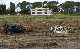 Des carcasses de voitures emportées par des inondations après un violent orage le 28 novembre 2014 à La Londe-les-Maures, dans le sud de la France