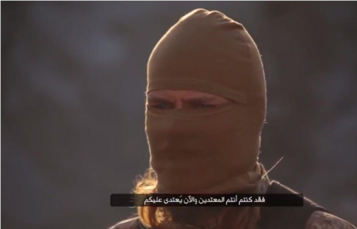 Un djihadiste francophone mis en scène dans une vidéo de Daesh. – Capture d'écran