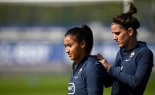 Sakina Karchaoui (à gauche), aux côtés de Charlotte Bilbault à Clairefontaine.