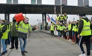 Des gilets jaunes bloquent le péage de Saint-Quentin Fallavier, le 1er décembre 2018.