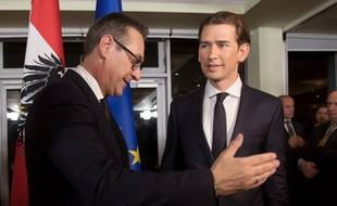 Le futur chancelier autrichien Sebastian Kurz (à droite) a conclu un accord de gouvernement avec Heinz-Christian Strache du parti d'extrême droite FPÖ, ici le 16 décembre 2017 à Vienne (Autriche).