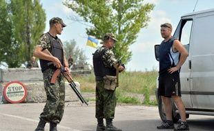 Konstantinovka, Ukraine, le 10 juillet 2014. Des soldats ukrainiens contrôlent un véhicule à 50 kms de Donestk.