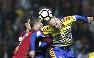 Ildefons Lima, le capitaine andorran, à la lutte avec Cristiano Ronaldo lors d'un match à Aveiro, au Portugal, le 7 octobre 2016.