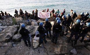 Face-à-face entre migrants et militants d'un côté, policiers italiens de l'autre.