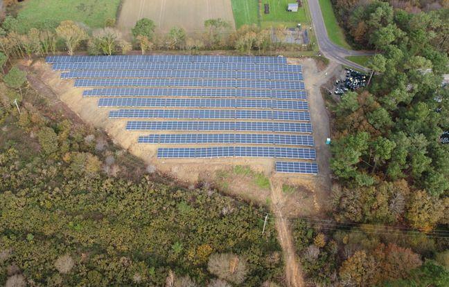 Plus de 11.000 panneaux solaires ont été installés sur un ancien site d'enfouissements des déchets à Guignen près de Rennes.