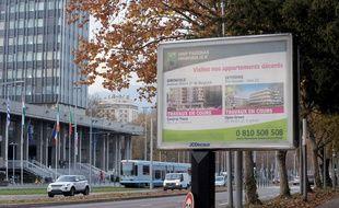 Un panneau publicitaire de la société JCDecaux à Grenoble.