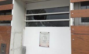 Une vitre a été brisée au commissariat.
