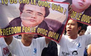 """L'avocat blogueur Le Quoc Quan a été condamné mercredi au Vietnam à deux ans et demi de prison, au terme d'un procès de quelques heures critiqué comme """"politique""""."""