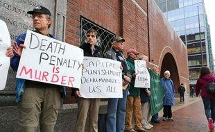 Des manifestants contre la peine de mort postés devant le tribunal de Boston où s'est ouvert mardi la deuxième partie du procès de Djokhar Tsarnaev.
