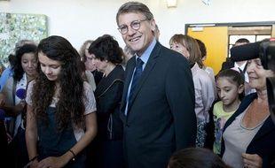 Le ministre de l'Education Vincent Peillon en visite dans un collège de Mantes-la-Jolie (Yvelines) le 30 août 2013.