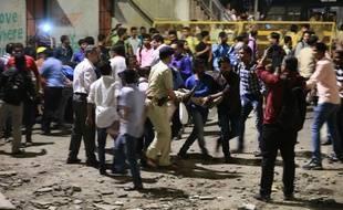 Les secours emmènent les personnes blessées après l'effondrement d'une passerelle à la gare de Bombay (Inde) jeudi 14 mars 2019.