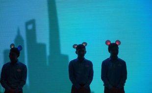 Des employés de Disney coiffés d'oreilles de Mickey, le 15 juillet 2015 à Shanghai, lors d'une conférence de presse de présentation du futur parc Disneyland, qui doit ouvrir l'an prochain