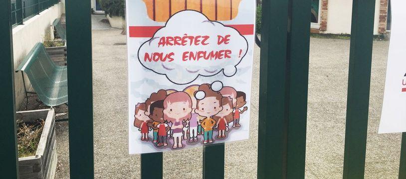 Panneau anti tabac installé devant une école en Gironde