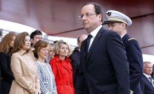 """François Hollande a affirmé samedi avoir dit à ses proches que """"les affaires privées se règlent en privé"""", et demandé que cela soit """"scrupuleusement"""" respecté, en référence au tweet de sa compagne Valérie Trierweiler et aux déclarations attribuées à son fils Thomas."""