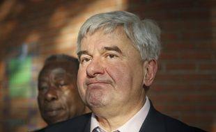 Eric Raoult, maire UMP du Raincy (Seine-Saint-Denis), à la sortie du tribunal correctionnel de Bobigny, jeudi 7 février 2013, où il comparaissait pour violences conjugales.