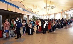 Charm el-Cheikh (Egypte), le 6 novembre 2015. Des touristes patientent dans l'espoir de pouvoir quitter le sol égyptien après le crash de l'avion russe dans le Sinaï.