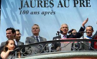 """Le Premier ministre Jean-Marc Ayrault a appelé à ne pas """"se laisser berner par les déclinismes"""" et a promis, au sujet de la future réforme des retraites, qu'il ne ferait """"pas n'importe quoi"""", en rendant hommage à Jean Jaurès samedi au Pré-Saint-Gervais, au côté de Claude Bartolone, président de l'Assemblée nationale."""
