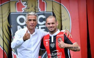 Wesley Sneijder et le président Jean-Pierre Rivère lors de la présentation du nouveau joueur de Nice à la presse, le 8 août 2017.
