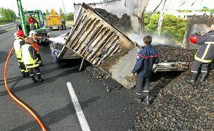 La remorque incendiée contenait 25 tonnes de pneus concassés.