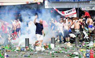 Des gaz lacrymogènes lancés pour disperser des supporters de foot anglais, le 11 juin 2016 à Marseille