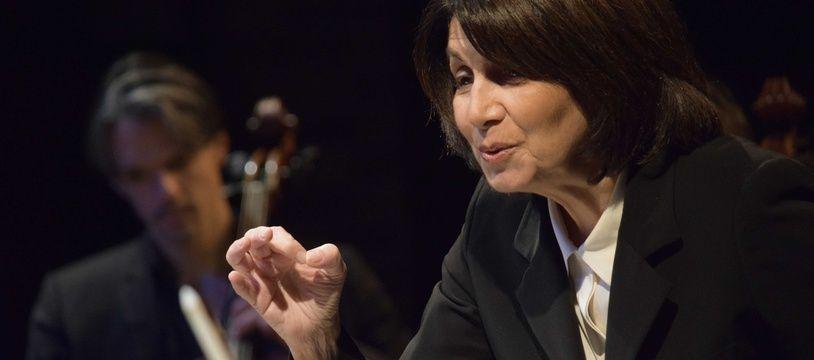 Claire Gibault dirigeant le Paris Mozart Orchestra.