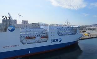 Un ferry de la SNCM a quai au port de Marseille.