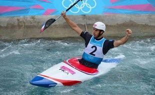 Tony Estanguet est devenu le premier Français champion olympique pour la 3e fois dans la même épreuve en remportant le canoë de slalom (C1) aux JO de Londres, mardi sur le bassin de Lee Valley.
