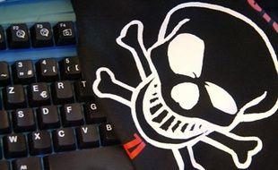 Photo prise le 22 janvier 2002 à Paris, de la tête de mort qui figure sur le tee-shirt officiel de la première école officielle de hackers, qui a ouvert ses portes en octobre 2001