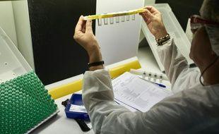 Une laborantine travaille à la production de vaccins sur le site Sanofi Pasteur le 7 juillet 2016 à Marcy-l'Etoile près de Lyon