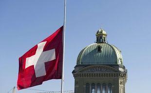 Le drapeau suisse flotte sur Bern devant le palais fédéral.