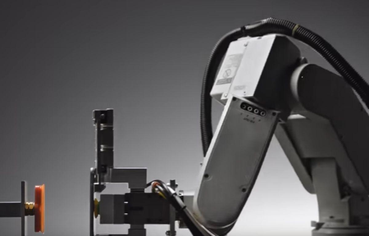 Liam est le nom donné par Apple à son robot capable de recycler un iPhone en à peine cinq minutes.  – Capture d'écran / YouTube