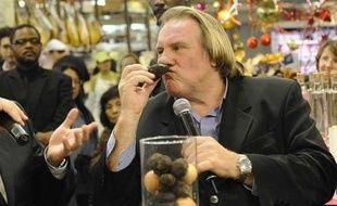 Repéré Gérard Depardieu en train de sentir une truffe (?) le 19 décembre 2008, à la fête de Noël organisée par les Galeries lafayette.
