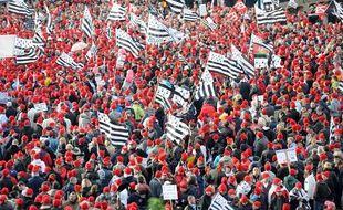 Manifestation des «bonnets rouges» contre l'écotaxe et pour la defense de l'emploi en Bretagne à Quimper le 2 novembre 2013.
