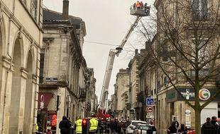 Les 70 pompiers sont intervenus dès 8h30 sur les lieux de l'explosion dans le quartier des Chartrons à Bordeaux.
