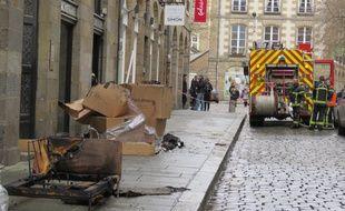 Un canapé a pris feu ce jeudi midi à l'intérieur du magasin Oscar Home dans le centre-ville de Rennes.