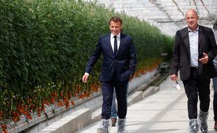 Le président de la République Emmanuel Macron, ici le 22 avril lors de sa visite d'un producteur de tomates à Cléder, dans le Finistère. Ici avec Marc Keranguéven.