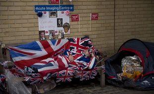 Des Britanniques campent devant l'hôpital St Mary à Londres pour la naissance du second enfant de Kate Middleton et du prince William.