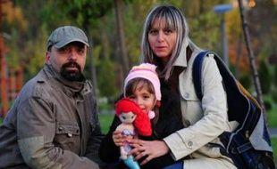 Comme tous les fonctionnaires roumains, Magda, chercheuse, et son mari Sorin, professeur, ont perdu 25% de leur salaire dans un plan d'austérité. Tous les jours, ils soupèsent la moindre dépense, renoncent à un livre, une sortie. Avec un sentiment d'injustice.