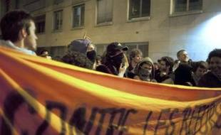 Une centaine de personnes, la plupart des étudiants, se sont enfermées mardi soir à l'intérieur des locaux de l'Institut d'études politiques (IEP) de Paris, ou Sciences-Po Paris, selon la police et un un journaliste de l'AFP sur place.