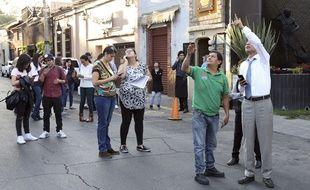 Des habitants de Mexico, inquiets après un tremblement de terre le 16 février 2018