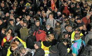 Des centaines de personnes se sont rassemblées hier devant la préfecture.