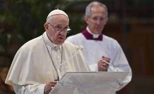 Le pape François dans la basilique Saint Pierre, au Vatican, le 12 avril 2020, pour la messe du dimanche de Pâques.
