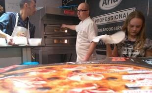 Paris, le 16 mars 2017. Napolitaine ou Hawaïenne sortent du four du champion de France de la pizza classique 2012, Grégory Edel (au centre).
